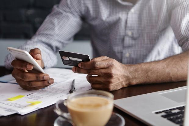 Polacy biorą coraz mniej kart kredytowych