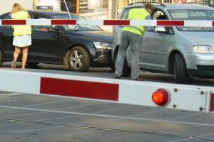 Kolejarze zamontują przed przejazdami kolejowymi specjalne pasy