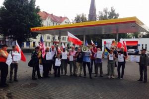 Pikieta przed stacją Shell w proteście przeciwko Nord Stream 2