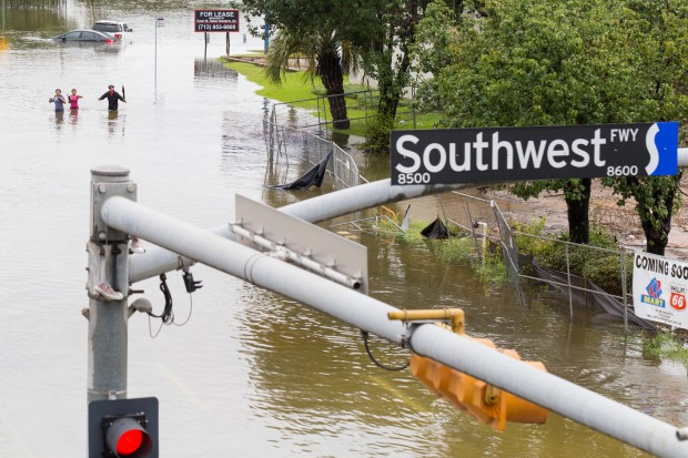 W USA ropa tanieje, benzyna mocno do góry - Harvey jeszcze uderzy