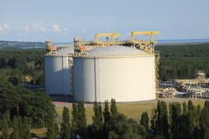 Dwie największe budowle gazoportu. Każdy ze zbiorników ma 160 tys. m3 pojemności.