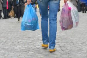 Opłaty za torby foliowe w sklepach będą trudniejsze do obejścia