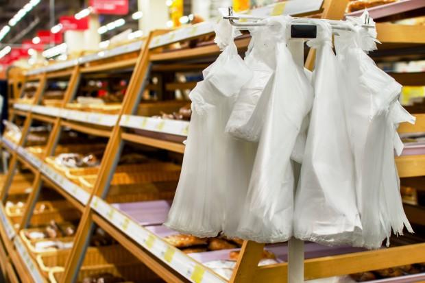 Sieci handlowe obchodzą opłatę recyklingową za torby foliowe. Czas uszczelnić przepisy