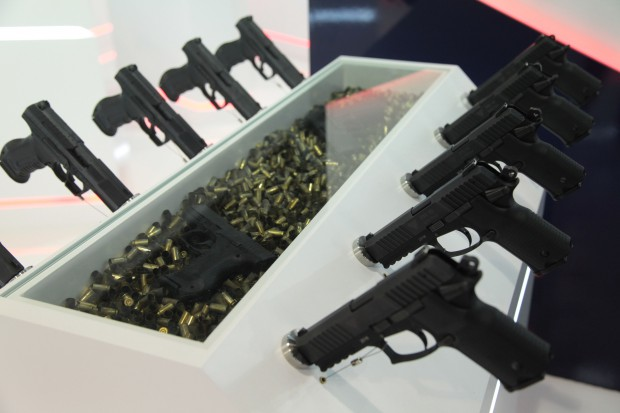 Polacy sięgają po broń