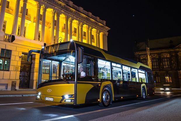 Elektryczny autobus Solarisa wozi pasażerów w szwedzkim porcie w Ystad