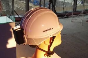Monitorują temperaturę wewnątrz kasku (co pozwala uniknąć np. udaru słonecznego), a także posiadają przycisk alarmowy, który pracownik może uruchomić w sytuacji, gdy jest świadkiem niebezpiecznego zdarzenia. Fot. Mat. pras.