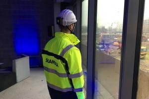 Innowacyjne kaski lokalizują pracowników zarówno w poziomie jak i w pionie (czyli np. określają, na którym piętrze budowanego budynku dany pracownik się znajduje). Fot. Mat. pras.