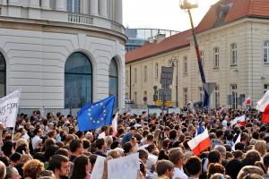 """Przed Pałacem Prezydenckim i w całym kraju protesty pod hasłem: """"Wolne sądy, Wolne wybory, Wolna Polska"""""""