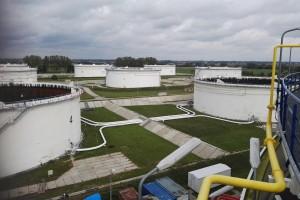 Dwie oferty na przebudowę bazy naftowej
