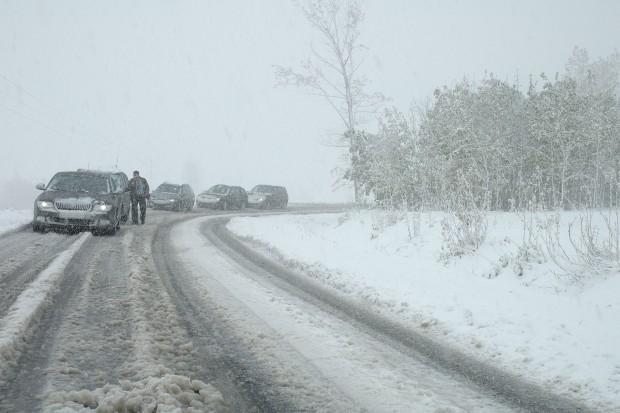 Opady śniegu odcięły dostawy prądu. Utrudnienia także na drogach i kolei