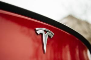 Tesla udostępni kod zabezpieczeń samochodów autonomicznych
