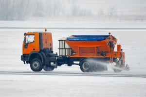 Śnieg i oblodzenia utrudniają jazdę na drogach