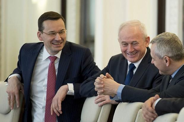 Premier Mateusz Morawiecki przejmuje Orlen i Lotos