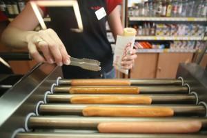 Hotdogi już nie wystarczą. Stacje benzynowe muszą przestać być... stacjami benzynowymi