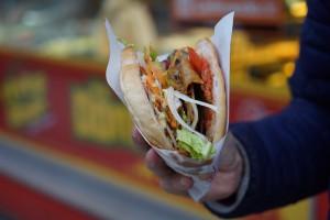 Europosłowie zdecydowali w sprawie kebabów. Zjemy je, ale z dodatkiem groźnej substancji
