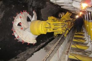 """Kombajn KWB-3RDU w ścianie Skansenu Górniczego """"Królowa Luiza"""" w Zabrzu. Wszystkie urządzenia ściany, w tym kombajn, są sprawne."""