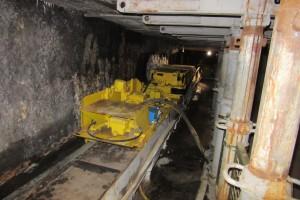 """Wyprodukowany w Famurze kombajn KWB-3 z tzw. saniami (wózkiem) do układania kabla kombajnowego w Skansenie Górniczym """"Królowa Luiza"""". Maszyna jest nadal czynna."""