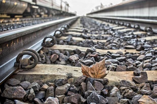 Remont linii kolejowej i budowa drogi w jednym czasie. Skutek? Protesty i kontrole