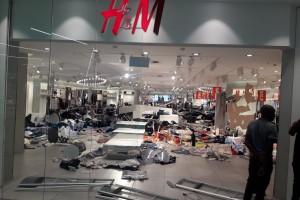 Tłum zdemolował kilkanaście sklepów H&M w reakcji na skandaliczną reklamę