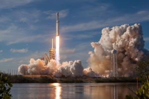 Amerykański miliarder wystrzelił w kosmos najpotężniejszą rakietę na świecie