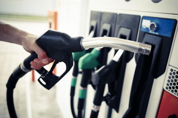 Ceny paliw spadają przed feriami