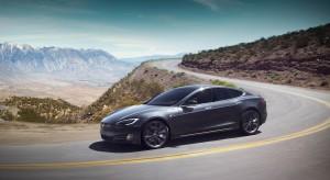 Pędząca Tesla wjechała w straż pożarną. Samochód nie hamował