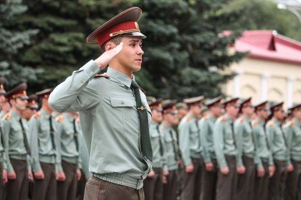 Rosjanie składają ręcznie telefony dla wojska i chcą wyrzucać smartfony