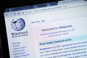 YouTube chce Wikipedią walczyć z fake newsami