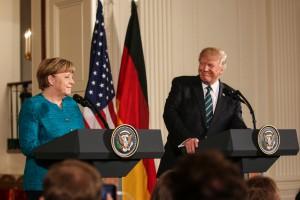 Donald Trump pod rękę z Niemcami, Szwajcarią i Wielką Brytanią. Polski biznes dostaje po nosie