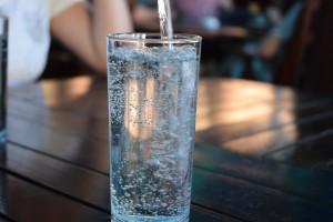 Plastik w wodzie nawet znanych marek. To już nie ciekawostka, a zagrożenie