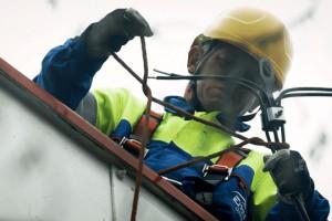 Enea Operator zwiększa zakres prac w sieci wykonywanych pod napięciem