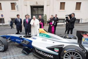 Papież pobłogosławił samochód elektryczny