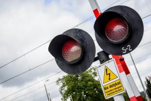 Ignorują sygnalizację, wyłamują rogatki. Głupota kierowców na przejazdach kolejowych poraża (zobacz film)
