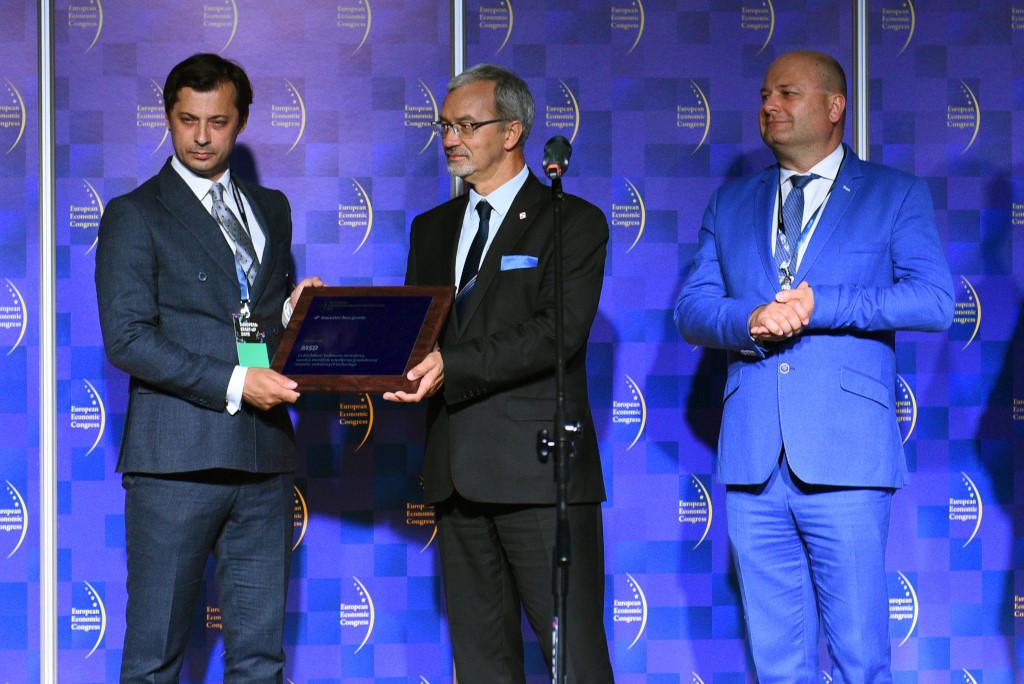 Denis Vujicic dyrektor zarządzający MSD Polska odbiera wyróżnienie z rąk ministra Jerzego Kwiecińskiego.
