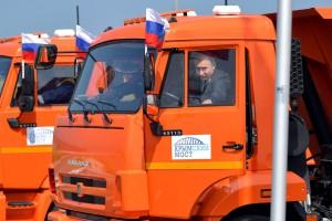 Władimir Putin w efektowny sposób otworzył most na Krym