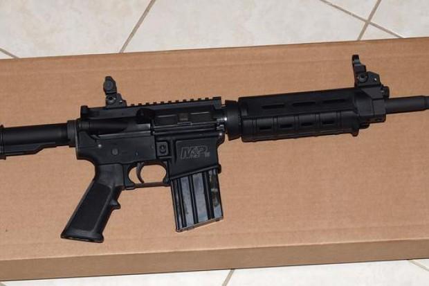 Amerykańska broń Troy Industries w sklepie Cenzinu