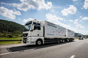 """Ciężarówki bez kierowców ruszyły na autostrady. Prowadzi je """"plutonowy"""""""