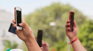 Polacy wydają coraz więcej na smartfony, reszta świata coraz mniej