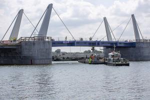 Gdańsk: montaż zwodzonych przęseł mostu w Sobieszewie zakończony