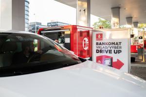 Bankomat dla kierowców leniuchów. Nowość na stacji benzynowej