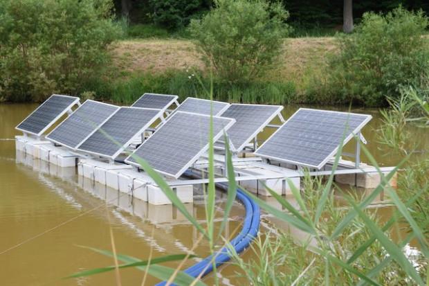 Energa chce być pionierem. Kładzie panele na wodzie