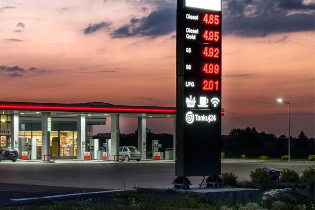 Ceny ropy w dół, a tankujemy drożej. Co się dzieje na stacjach paliw?