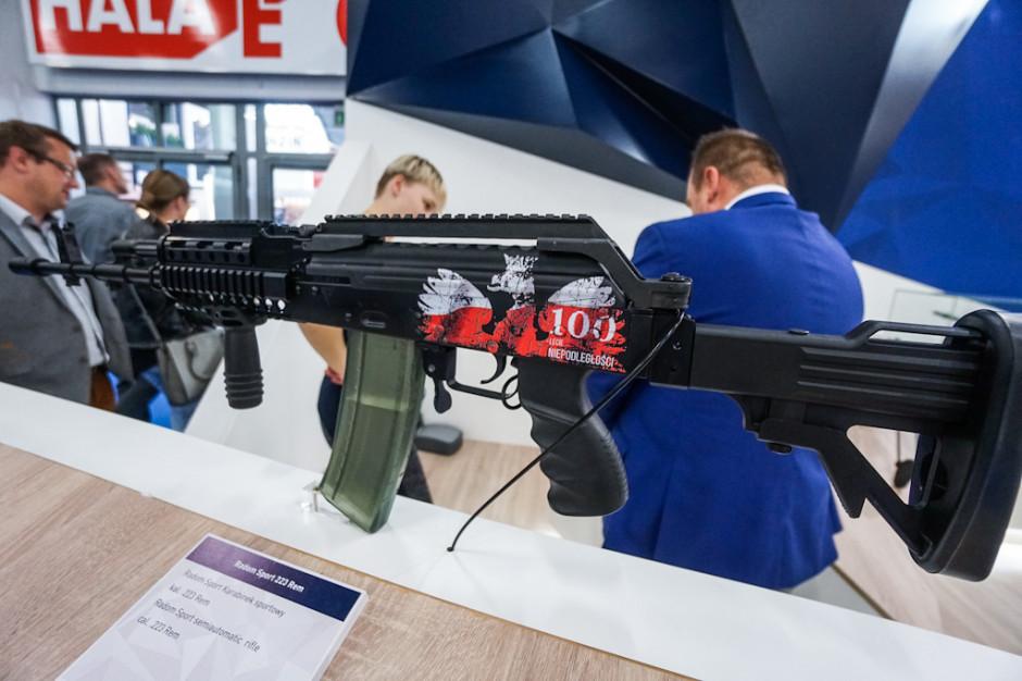 Wśród wystawianych przez radomskiego Łucznika broni znalazł się także sportowy karabinek Radom Sport 223 Rem przygotowany specjalnie na 100-lecie niepodległości państwa.