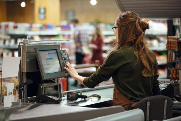 Polacy chętnie wykorzystują nieuwagę kasjerów w sklepach