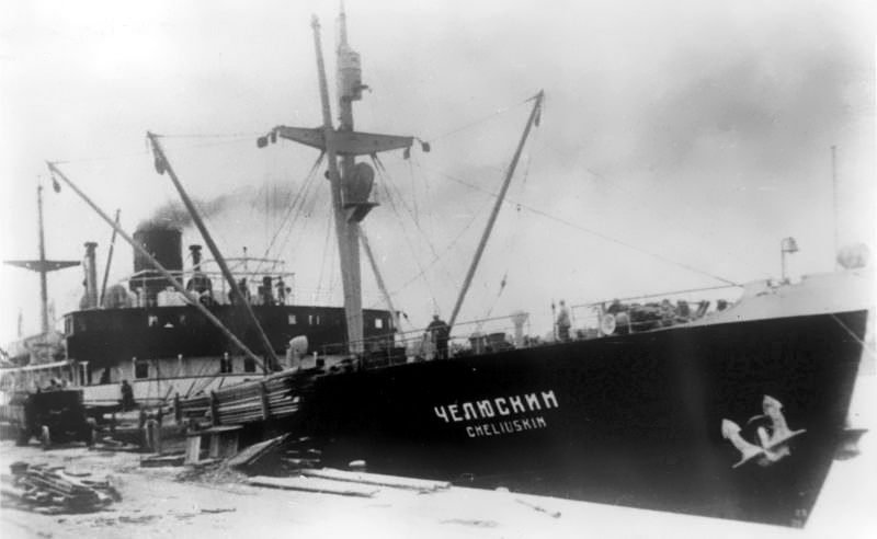 Parowiec Czeluski. Zatonął w 1934 roku podczas próby pokonania trasy północnej. Zmiażdżył go lód. Radziecka propaganda przekuła klęskę na sukces, bo załoga statku została uratowana. Fot. domena publiczna