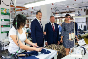 Premier sprawdził, jak produkuje się ubrania