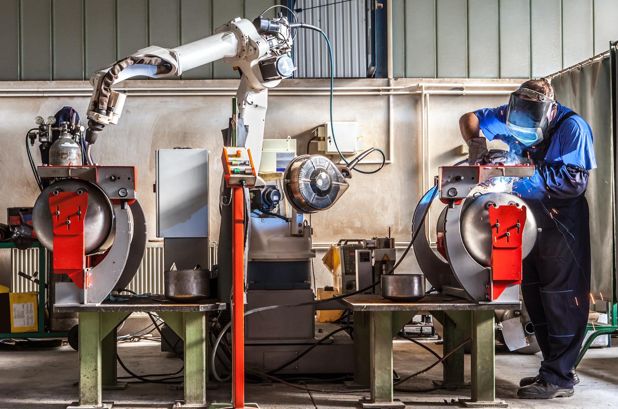 Robot współpracujący z człowiekiem, to cobot. Fot. Shutterstock.