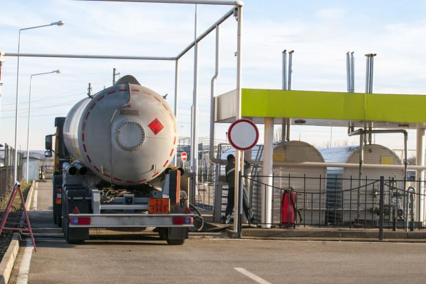 Na stacjach paliwa tanieją, choć w hurcie ceny wzrosły
