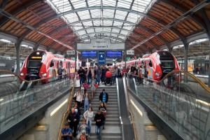 Na stacjach kolejowych w Polsce - albo tłumy, albo kompletne pustki