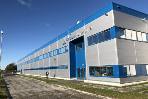 Kongsberg już chce rozbudowywać dopiero co otwarty zakład